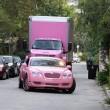 Guiando con su Bentley rosa el camino al camión